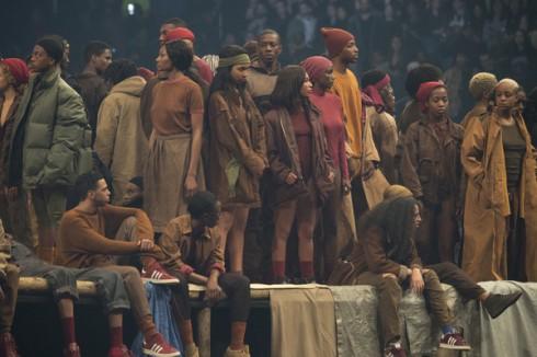 Đám đông được xem một buổi trình diễn của những người khốn khổ (Les Miserables)
