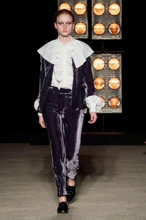 Bộ suits nhung phối cùng mẫu áo sơ mi trắng cổ xếp li từ BST Thu-Đông của Osman