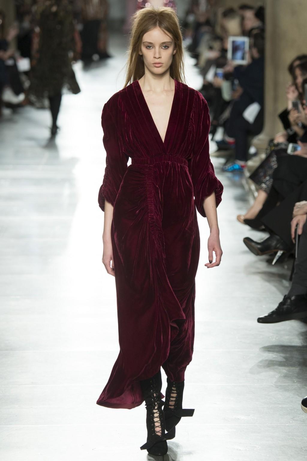 Mẫu váy nhung màu đỏ bordeaux từ Preen
