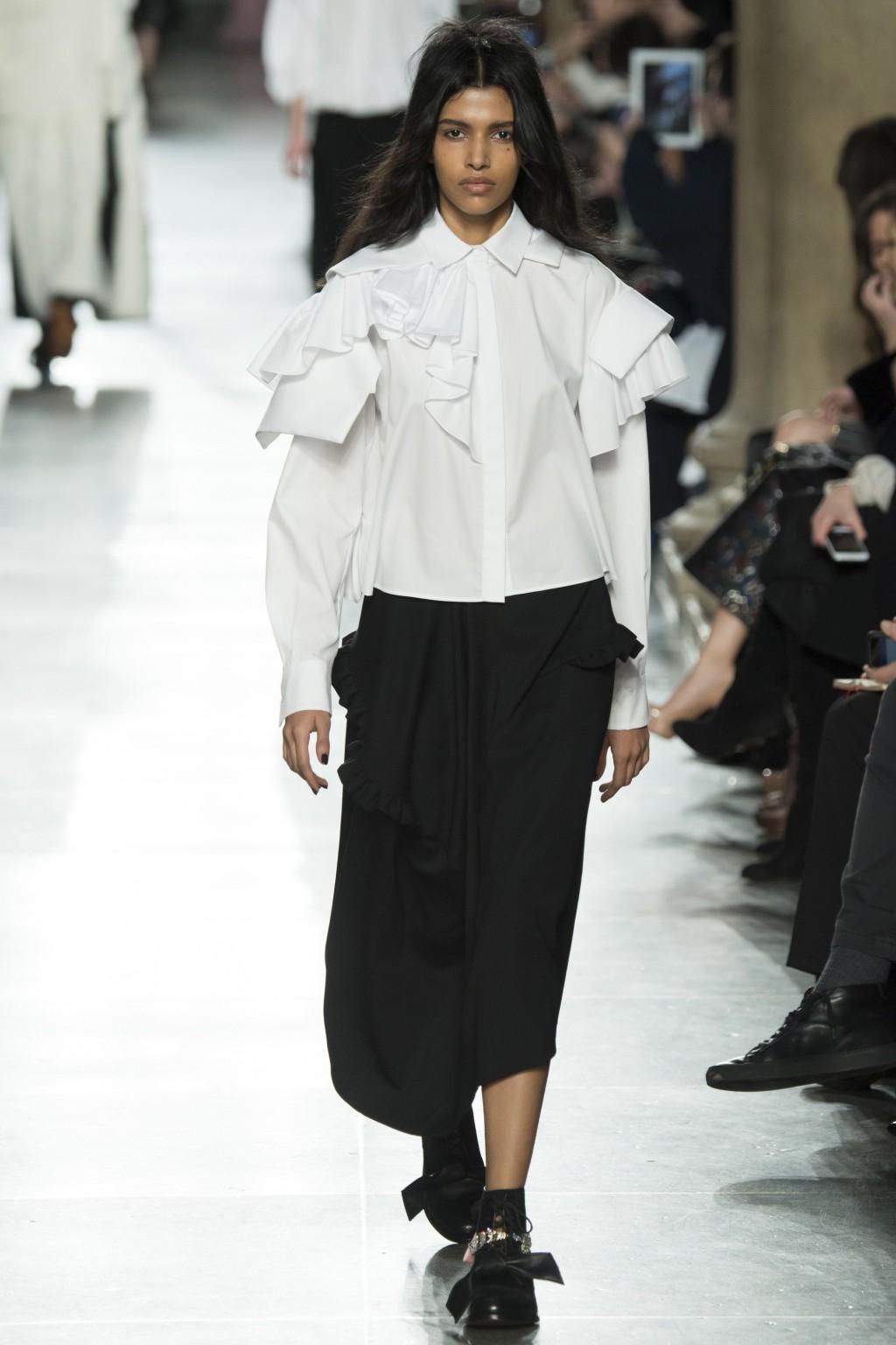 Mẫu áo ruffle ấn tượng từ Preen