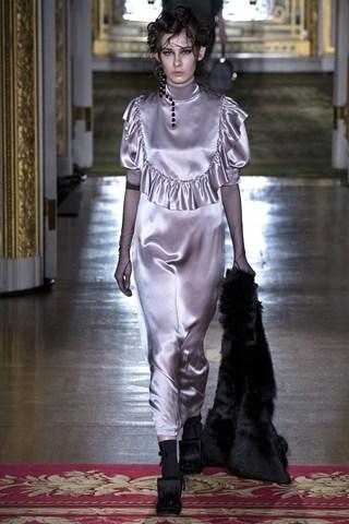 Mẫu thiết kế mang phong cách từ thời Victorian của Simone Rocha