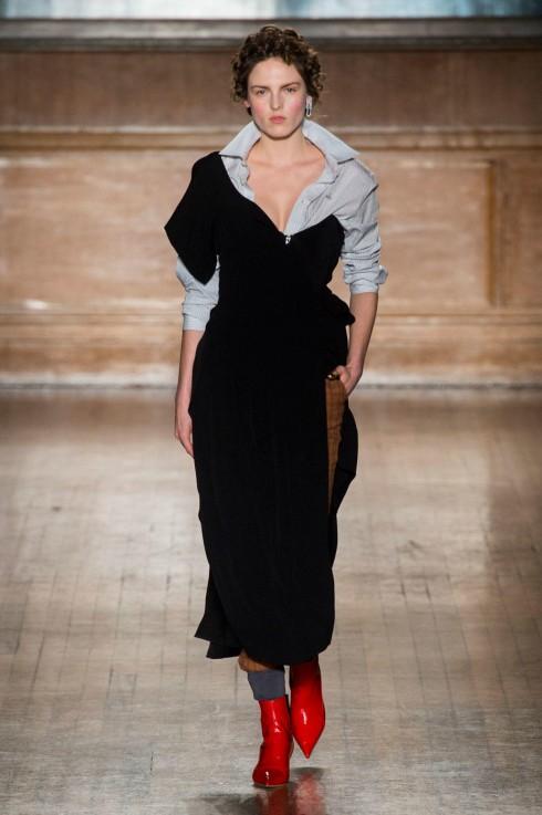 Chất liệu nhung được phối độc đáo trong mẫu váy từ Vivienne Westwood