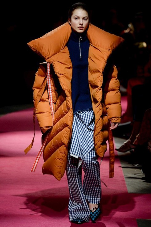 Một trong những mẫu áo khoác bông đồ sộ từ Marques Almeida