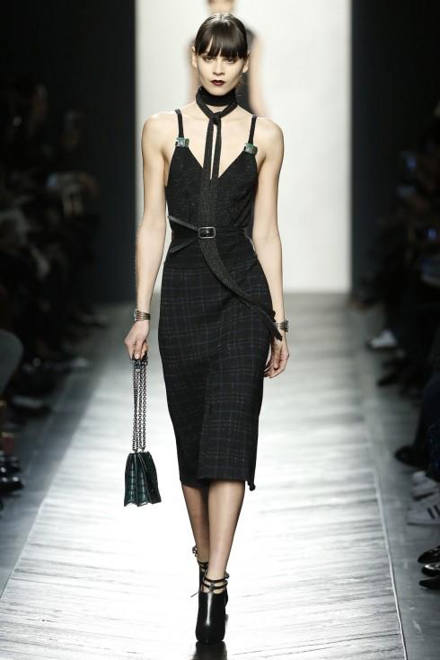Thiết kế váy kẻ ô đơn giản nhưng quyến rũ hơn khi phối cùng thắt lưng và khăn quàng bản nhỏ.