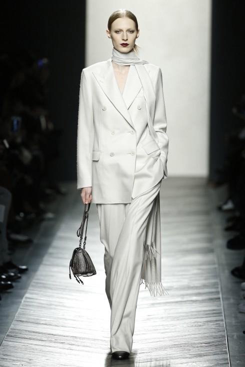 Có những ý kiến trái chiều cho rằng BST của Bottega Veneta quá đơn giản. Trong những Tuần lễ thời trang tràn ngập những thiết kế cầu kỳ, BST giản đơn nhưng tinh tế như thế này mang lại những làn gió mới cho khán giả.