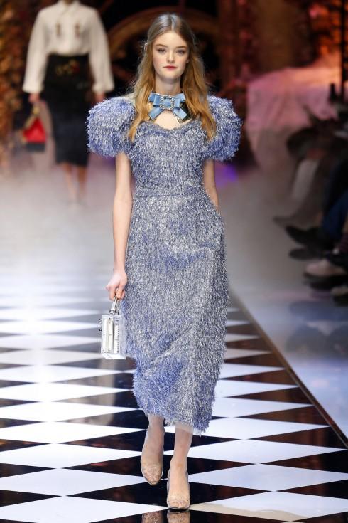 Lọ Lem của thế kỷ 21 trong chiếc váy óng ánh vai bồng màu xanh truyền thống