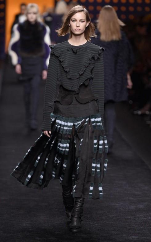 Xu hướng ruffles chủ đạo trong BST Thu-Đông của Fendi cũng được Versace ưu ái.
