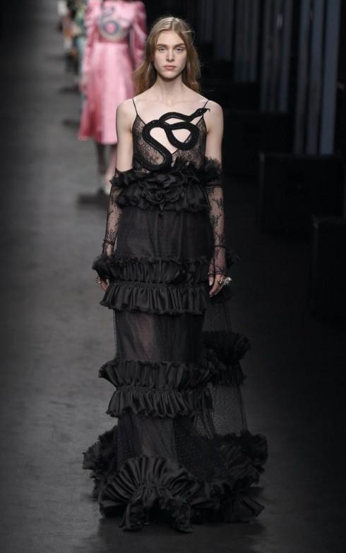 Con rắn trong vườn địa đàng trong thiết kế váy đen huyền bí từ Gucci