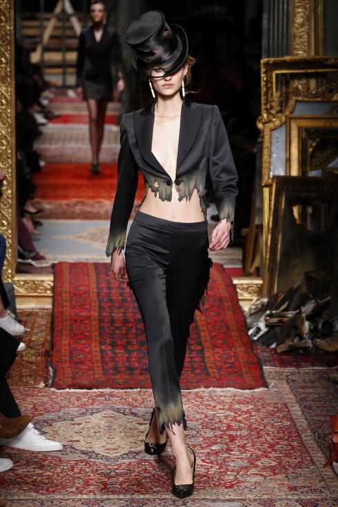 Không chỉ có váy, một bộ tuxedo vẫn có thể cháy đẹp như thế này.