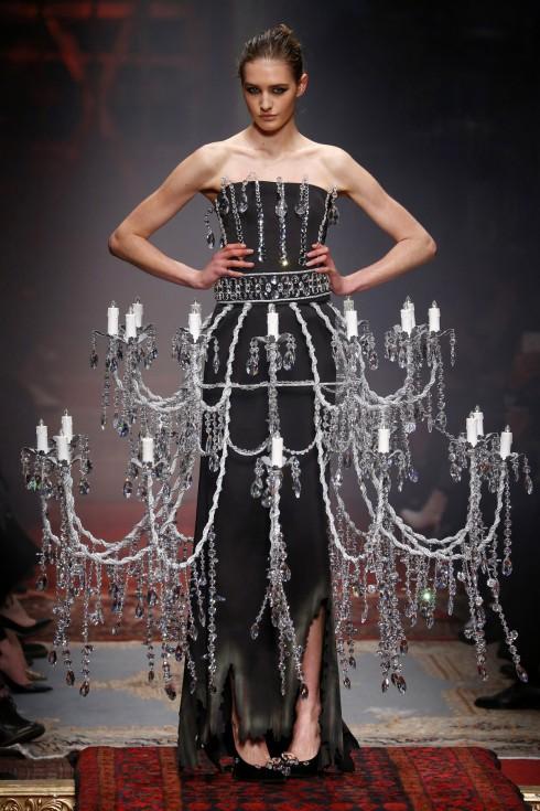 Mẫu thiết kế váy đèn chùm độc đáo được đánh giá cao trong BST Thu-Đông của Moschino
