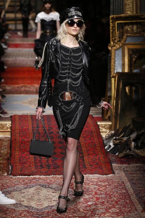 Và cả những thiết kế váy ngắn từ Moschino