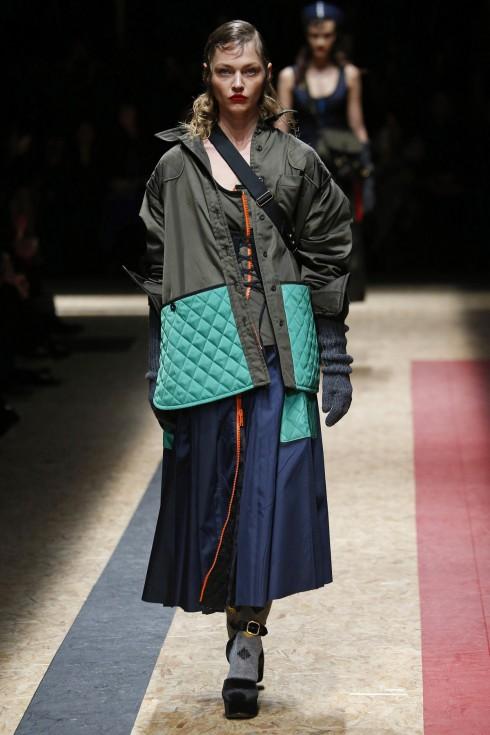 Bên trọng những chiếc áo khoác lông thú sang trọng là những mẫu thiết kế áo bằng sợi nilon đơn giản tạo nên sự tương phải cho BST