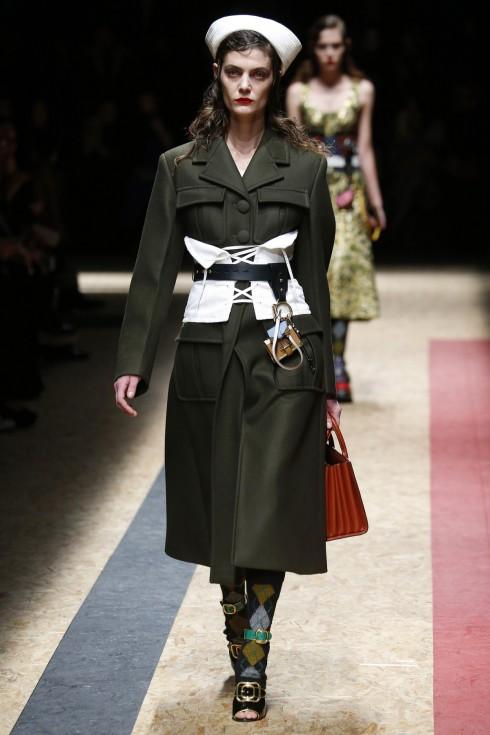 Những chiếc thắt lưng corset bản lớn màu trắng cũng là điểm nhấn trong BST Thu-Đông của Prada