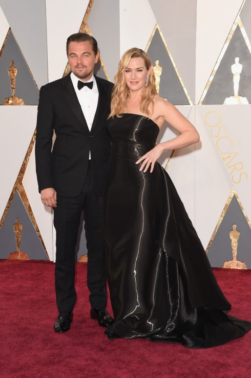 Leonardo DiCaprio trong bộ suit của Giorgio Armani tái ngộ cùng Kate Winslet.