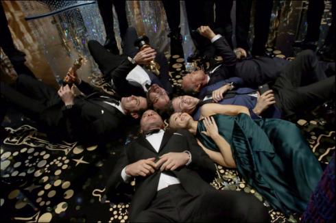 """Dàn diễn viên phim """"Spotlight"""" chụp hình sau khi đoạt giải bộ phim xuất sắc nhất tại lễ trao giải Oscar lần thứ 88."""