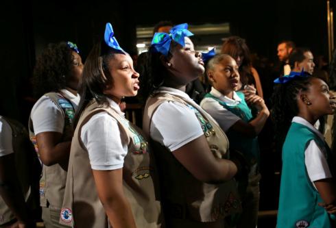 Các cô bé hướng đạo sinh chờ sau sân khấu. Chris Rock đưa các em vào khán đài để bán bánh cookie suốt buổi diễn.