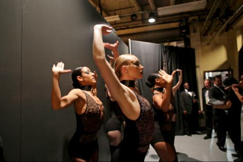Các diễn viên múa đang luyện tập trước khi biểu diễn cho tiết mục của The Weeknd.