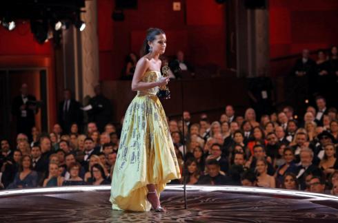 Alicia Vikander, đã khóc sau khi nhận giải Nữ diễn viên phụ xuất sắc nhất.