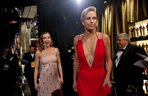 Emily Blunt và Charlize Theron đẹp lộng lẫy tại hậu trường.