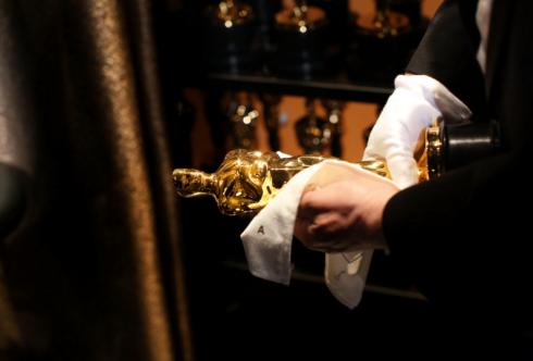 Tượng vàng Oscar được lau bóng loáng trước khi lễ trao giải bắt đầu.