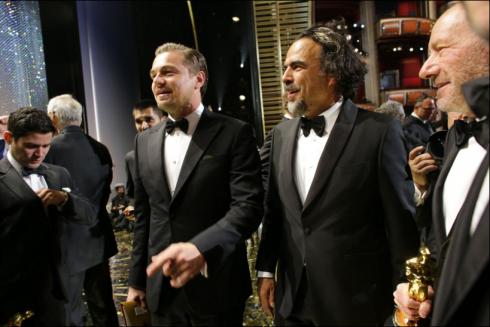 """Leonardo Dicaprio thắng giải nam diễn viên xuất săc nhất cho bộ phim """"The Revenant"""" đang vui mừng cùng Alejandro G. Iñárritu, đạo diễn phim xuất sắc nhất."""