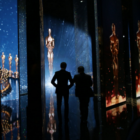 Eddie Redmayne chuẩn bị ra sân khấu trong buổi trao giải.