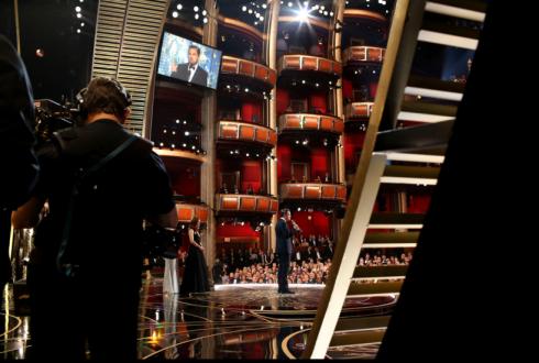 Mọi người đang hết sức lắng nghe lời phát biểu của Leonardo sau khi nhận giải.