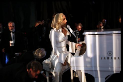 """Lady Gaga chuẩn bị cho phần biểu diễn """"Till it happens to you"""" của mình."""