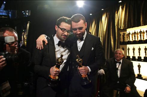 """Jimmy Napes và Sam Smith sau khi thắng giải Ca khúc trong phim hay nhất cho """"Writing's on The Wall""""."""