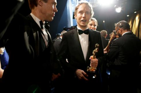 """László Nemes sau khi thắng giải Phim nói tiếng nước ngoài hay nhất """"Son of Saul""""."""