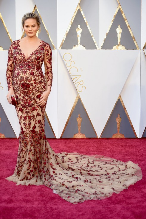 Chrissy Teigen chọn chiếc váy trong bộ sưu tập Thu - Đông 2016 của Marchesa