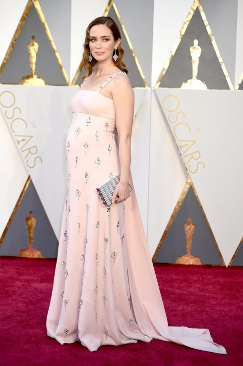 Emily Blunt dù đang mang thai nhưng cô vẫn rạng ngời trong chiếc váy của Prada