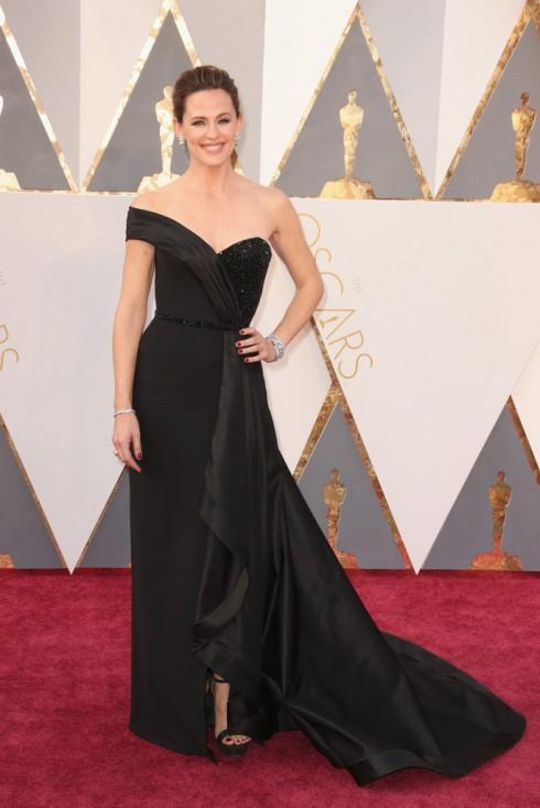Nữ diễn viên Jennifer Garner rạng ngời trong thiết kế đầm trễ vai của Wearing an Atelier Versace dress, Rene Caovilla heels, and a Ferragamo purse.