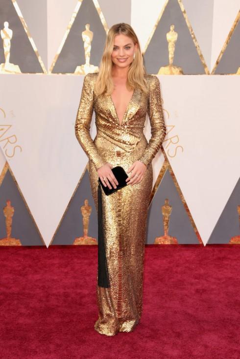Margot Robbie chọn chiếc đầm của Tom Ford và clutch The Row.