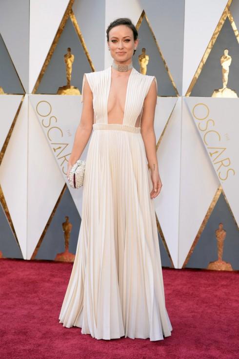 Người đẹp Star Wars Olivia Wilde tỏa sáng trong bộ trang phục Valentino Haute Couturevà clutch Roger Vivier.