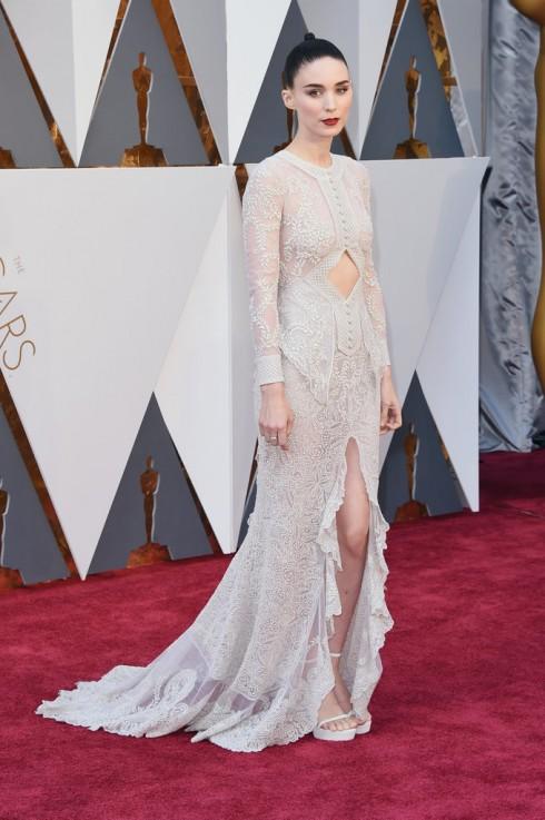 Người đẹp Star Wars Rooney Mara sang trọng trong mẫu đầm Givenchy, giày Stuart Weitzman và trang sức Fred Leighton.