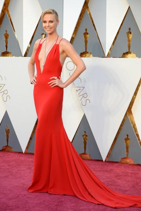 Charlize Theron toát lên vẻ quyến rũ khó cưỡng trong thiết kế đầm khoét sâu gợi cảm của Dior và trang sức Harry Winston.