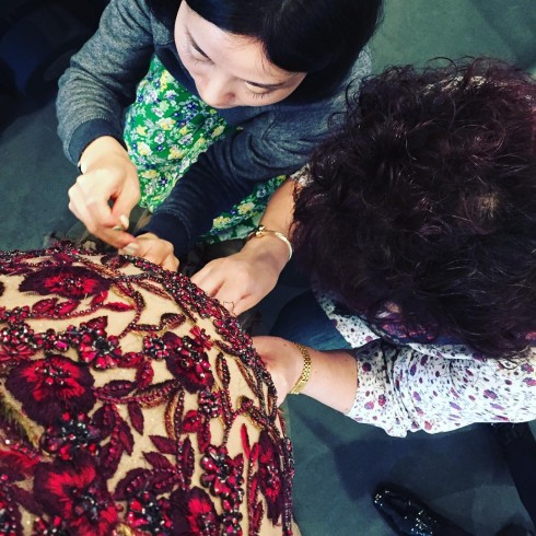 Chrissy Teigen được chỉnh sửa lại váy trước thềm Oscar