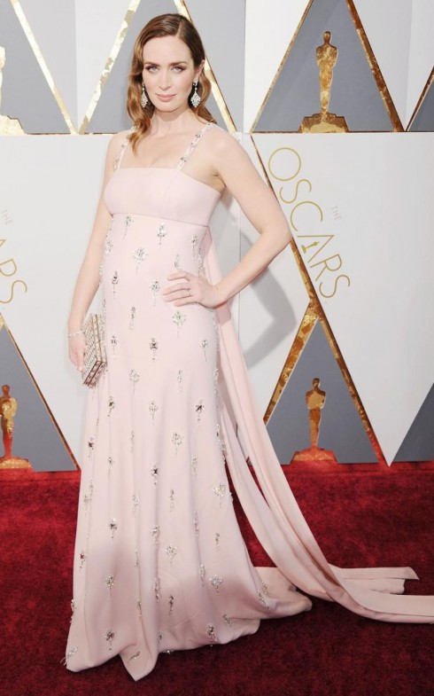 Emily Blunt trong mẫu thiết kế của Prada.