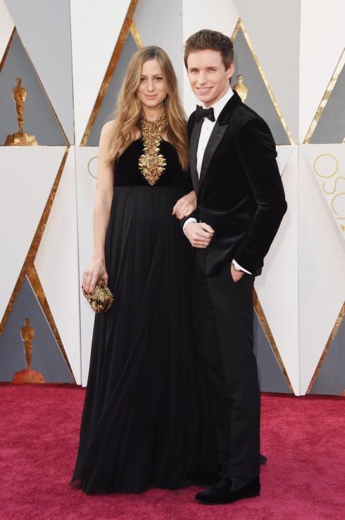 Hannah Bagshawe sánh bước cùng Eddie Redmayne trong mẫu thiết kế của Alexander McQueen