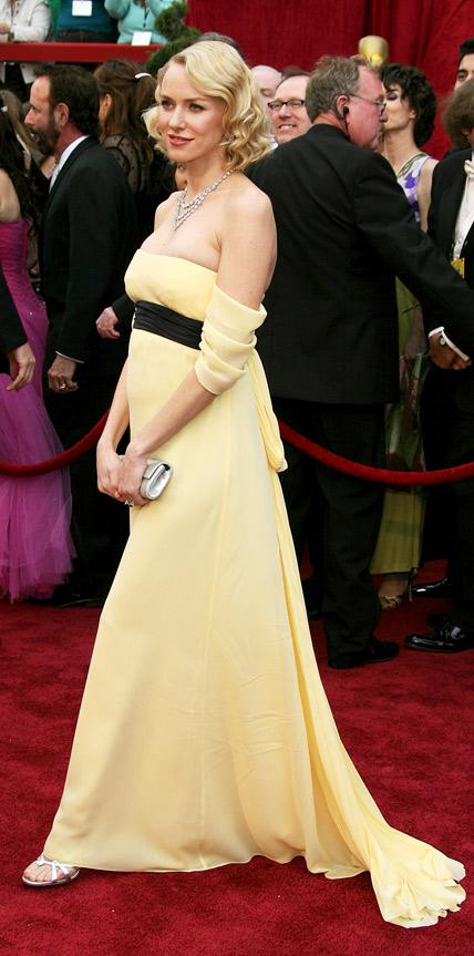 Naomi Watts trong mẫu thiết kế của Escada tại Lễ trao giải Oscar 2007