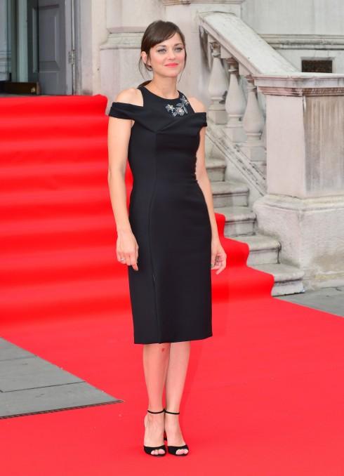 MARION COTILLARD: Cô tạo một khoảng cách lớn giữa Hollywood và những hội nghị thượng đỉnh về khí hậu, giữa Lady Dior và Lady Macbeth, giữa sức quyến rũ huyền bí và anh em nhà Dardenne. Tiếng hót của con chim sẻ nhỏ vẫn luôn âm vang.<br/>51497351 Celebrities attend the UK Premiere of 'Two Days, One Night' at Somerset House on August 7, 2014 in London, England.  Celebrities attend the UK Premiere of 'Two Days, One Night' at Somerset House on August 7, 2014 in London, England.  Pictured: Marion Cotillard FameFlynet, Inc - Beverly Hills, CA, USA - +1 (818) 307-4813 RESTRICTIONS APPLY: USA ONLY