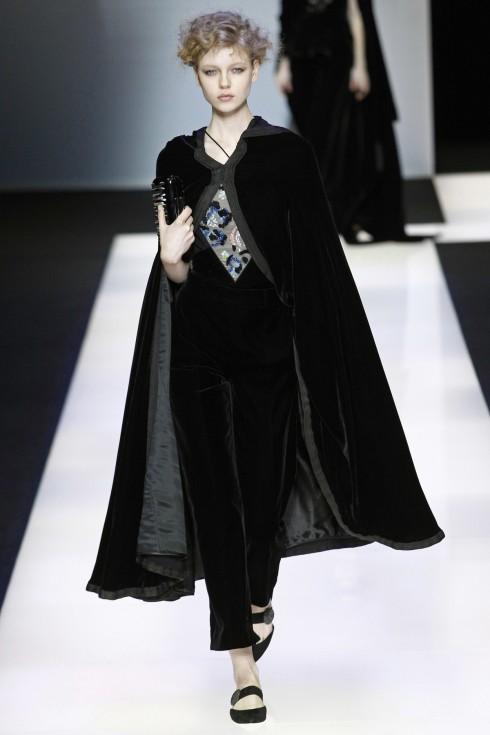 Một mẫu áo cape nhung khác trong BST Thu-Đông của Giorgio Armani
