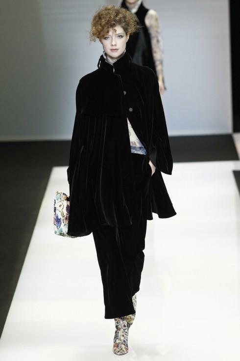 Giorgio Armani mang tới Tuần lễ thời trang Milan những chiếc cape nhung sang trọng