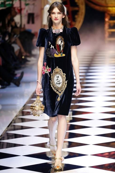 Một mẫu thiết kế váy nhung của Dolce & Gabbana
