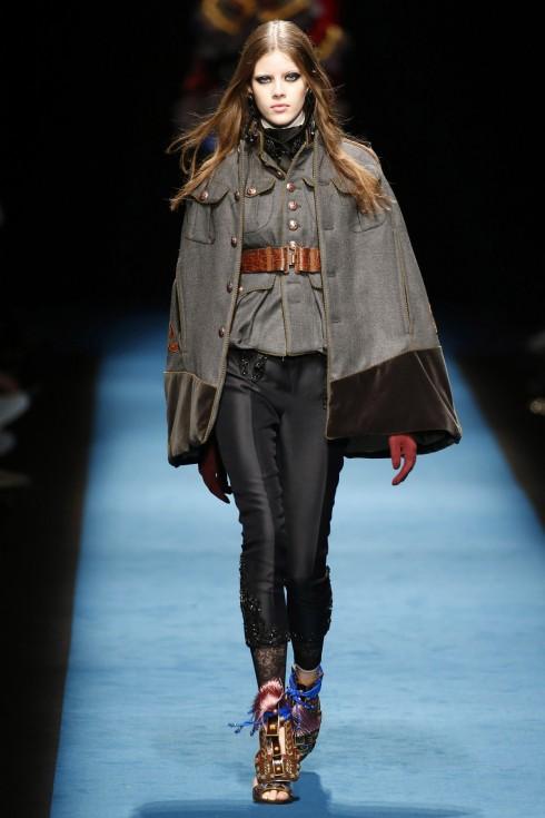 Một mẫu áo cape mang hơi hướng thời trang thời Victorian từ DSquared2