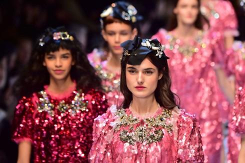 Dàn người mẫu diễu hành trong những bộ váy sequin hồng, đỏ và bạc trong show diễn của Dolce & Gabbana