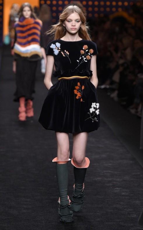 Một mẫu váy nhung trẻ trung của Fendi.