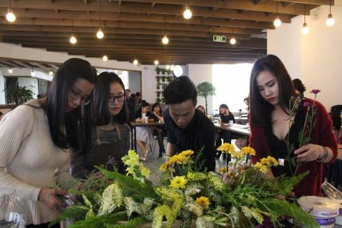 Nghệ nhân hoa Krystine Nguyen đến từ Liti Florist chia sẻ những câu chuyện về hoa và cách cắm hoa.