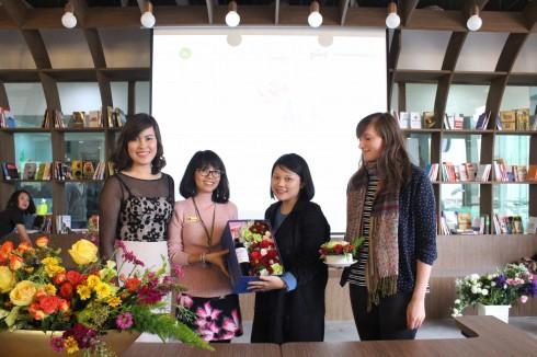 Đại diện BTC chụp ảnh kỷ niệm cùng nghệ nhân hoa và khách mời.